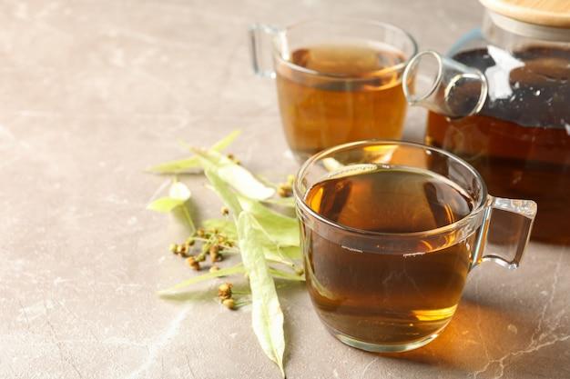 Composition avec du thé au tilleul sur fond gris, gros plan. thé naturel