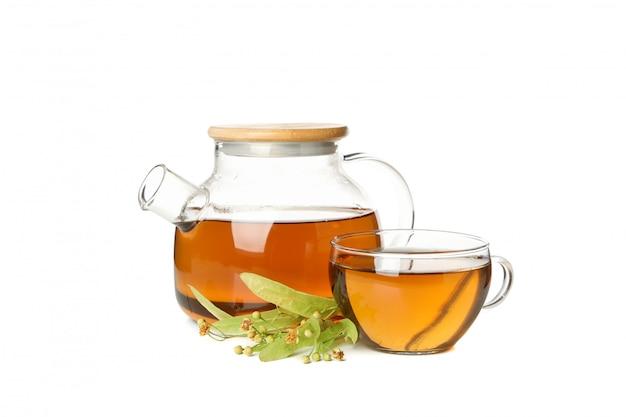 Composition avec du thé au tilleul isolé sur blanc