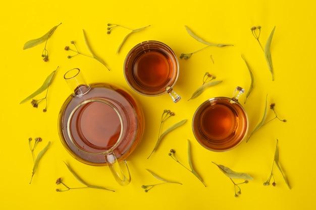 Composition avec du thé au tilleul sur jaune, vue de dessus. thé naturel