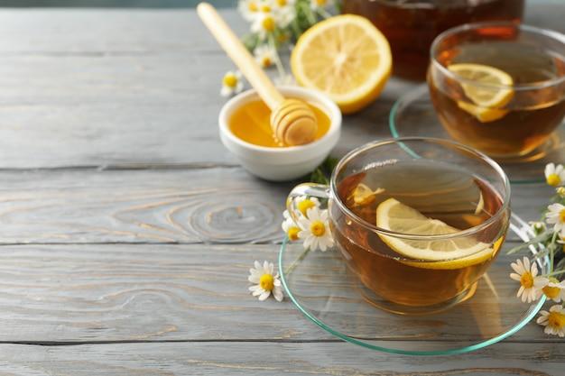 Composition avec du thé à la camomille sur fond de bois gris