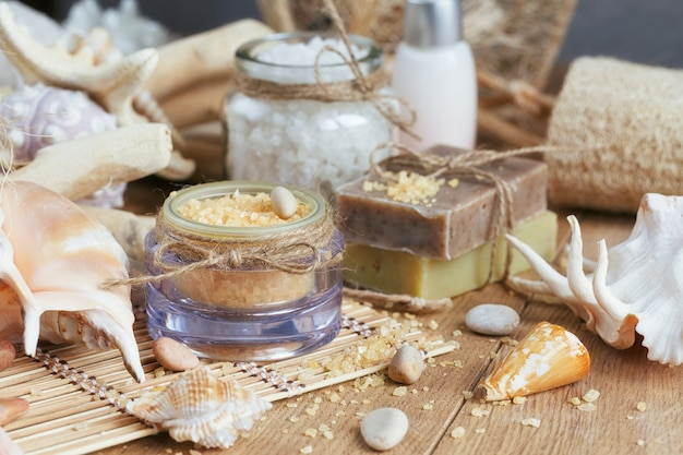 Composition du traitement spa sur une surface en bois rustique