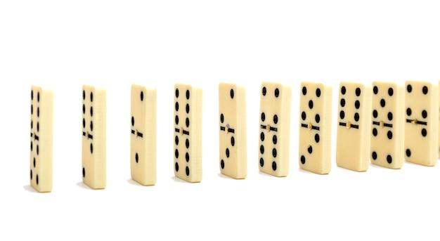 Composition d'effet de domino de plusieurs os de domino placés dans une rangée