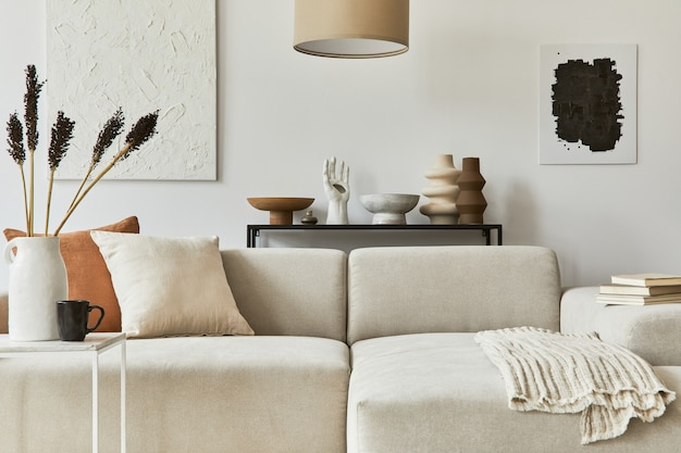 Composition élégante de design d'intérieur de salon confortable avec cadre d'affiche maquette et peinture de structure, canapé d'angle, table basse, textile et accessoires personnels. style classique scandinave.