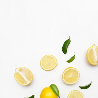 Composition élégante de l'ensemble de citrons sur une surface blanche