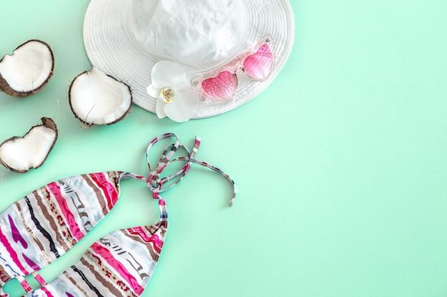 Composition élégante d'été avec différents accessoires d'été