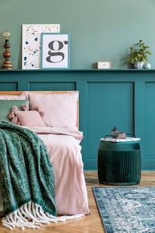 Composition élégante de l'intérieur de la chambre avec lit en bois, meubles design, étagère, fleurs dans un vase et accessoires personnels élégants. beaux draps, couverture et oreiller. home staging.