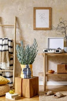 Composition élégante de l'intérieur du salon avec cadre photo console en bois fauteuil design plantes en pot hipster décoration livre lampe de table et accessoires personnels