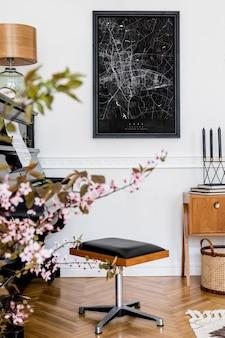 Composition élégante à l'intérieur du salon avec piano noir, tabouret design, carte d'affiche noire, fleurs printanières, lampe, meubles et accessoires personnels élégants dans un décor moderne.
