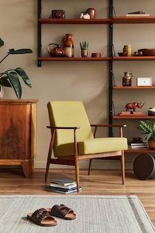 Composition élégante de l'intérieur du salon rétro avec fauteuil design, bibliothèque en bois, cadres photo, plante, tapis, pantoufles, décoration et accessoires élégants dans la décoration intérieure.