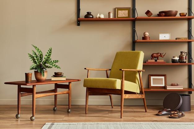 Composition élégante de l'intérieur du salon rétro avec fauteuil design étagère en bois table basse cadres photo plantes tapis pantoufles décoration et accessoires élégants dans la décoration intérieure