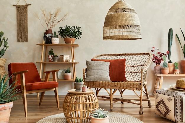 Composition élégante d'un intérieur de salon confortable avec espace de copie, beaucoup de plantes, étagères en bois, canapé en rotin et accessoires boho. mur beige, moquette au sol. les plantes aiment le concept. modèle.
