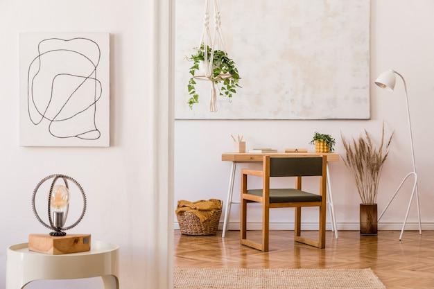 Composition élégante d'un intérieur de salon spacieux et créatif avec fauteuil en bois, petite table basse, plantes, peintures, tapis et accessoires.