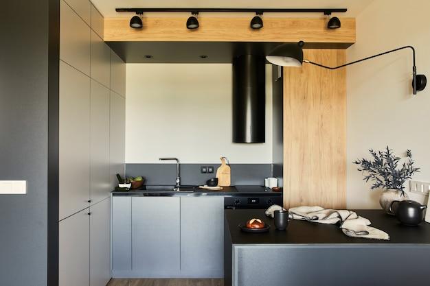Composition élégante d'un petit appartement moderne espace de travail de cuisine noire avec accessoires template