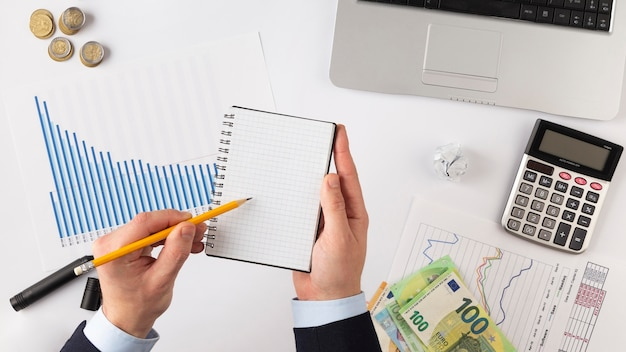 Composition d'éléments de finances à plat avec bloc-notes vide