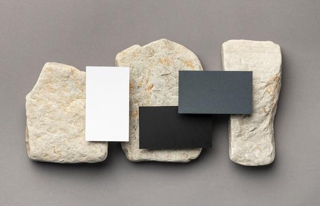 Composition avec des éléments de papeterie sur gris