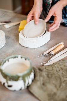 Composition d'éléments de poterie en atelier