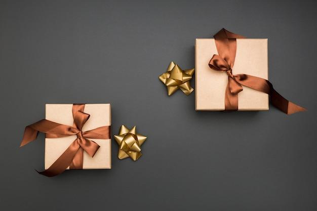 Composition d'emballage cadeau plat laïc créatif sur fond sombre