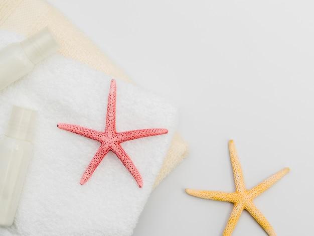 Composition encadrée de serviettes et étoiles de mer