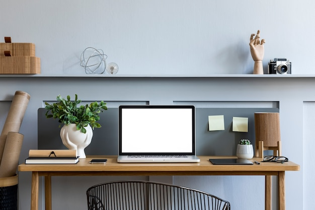 Composition d'entreprise élégante à plat sur le bureau en bois dans un concept moderne de bureau à domicile