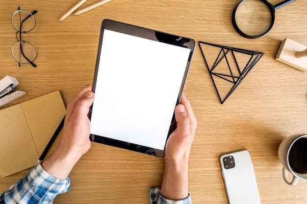 Composition d'entreprise moderne sur le bureau à domicile avec pigiste, écran de tablette, plante, notes, téléphone portable et fournitures de bureau dans un concept élégant de décoration intérieure.