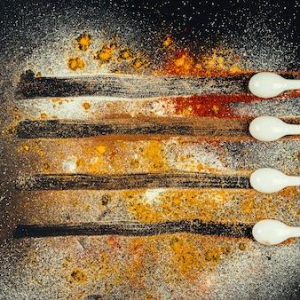 Composition d'épices avec des lignes de dessin de cuillères