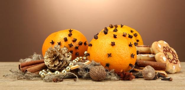 Composition d'épices de noël et de mandarines, sur table en bois