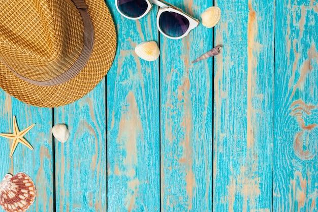 Composition estivale d'accessoires de plage et de coquillages