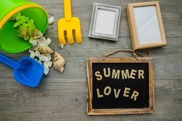 Composition d'été avec ardoise et cadres