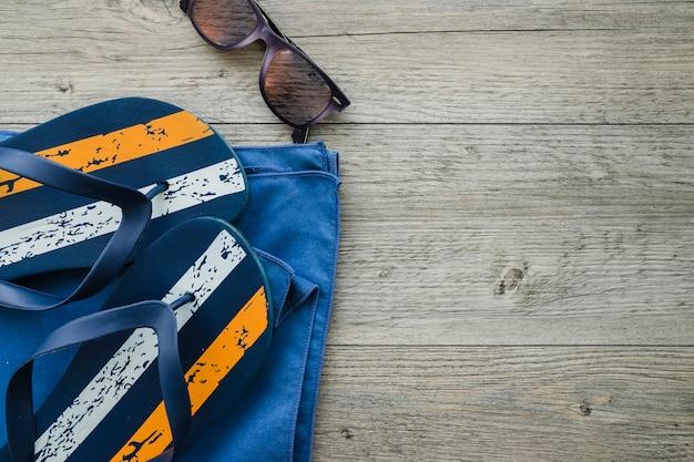 Composition d'été avec des bascules, des lunettes de soleil et une serviette