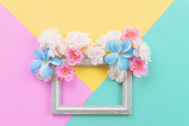 Composition d'été. cadre vide et fleurs à plat poser avec espace de copie.