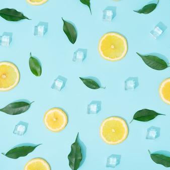 Composition d'été créative avec des tranches de citron, des feuilles et des glaçons.