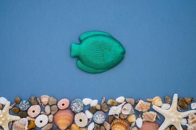 Composition d'été avec du poisson vert et des objets décoratifs