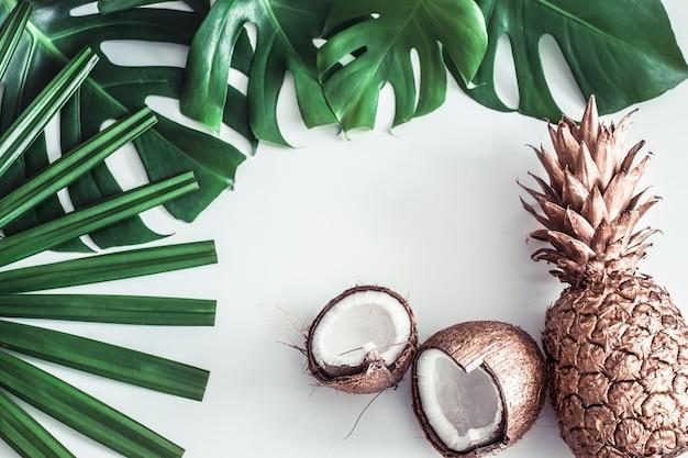 Composition d'été avec des feuilles tropicales et des fruits sur fond blanc