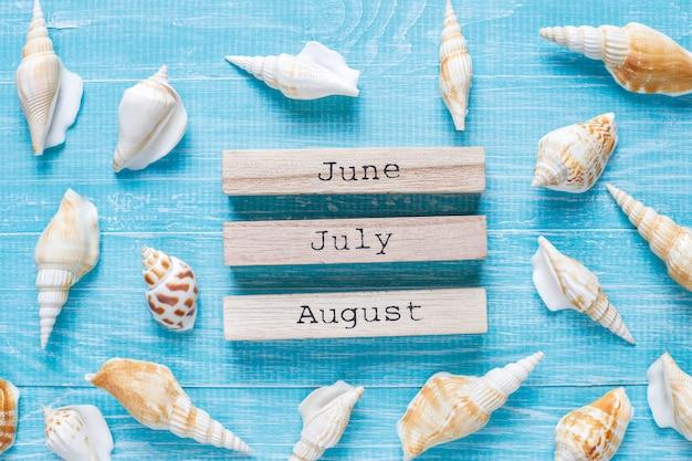 Composition d'été à plat avec des coquillages