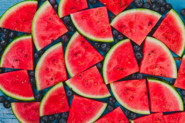 Composition d'été avec des portions de bleuets et de pastèque