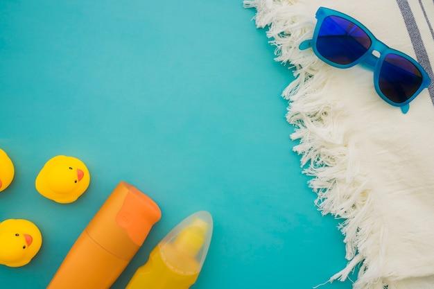 Composition d'été avec poussins plastiques décoratifs