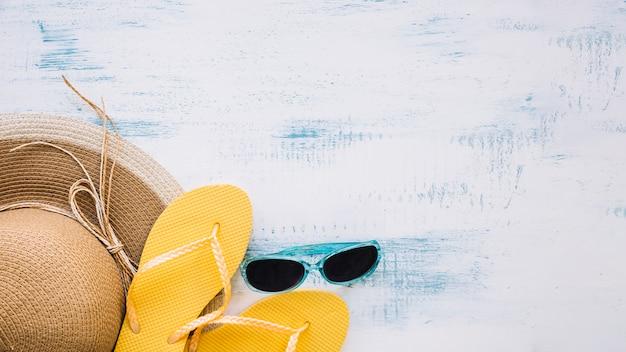 Composition d'été avec des tongs