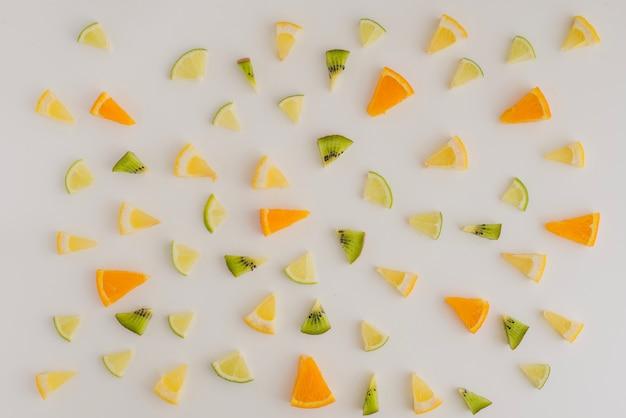 Composition d'été avec une variété de portions de fruits
