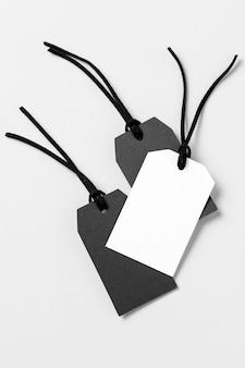 Composition d'étiquettes blanches et noires à plat