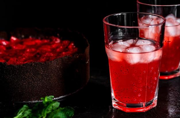 Composition étonnante avec cheesecake aux fraises et boisson aux fraises au romarin
