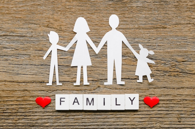 Composition de la famille de papier sur fond de bois