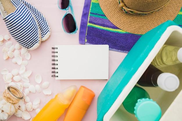 Composition fantastique avec un cahier vierge et des éléments d'été