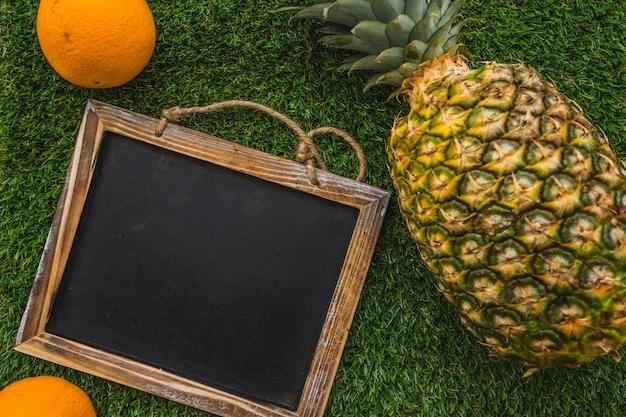 Composition fantastique de l'été avec ardoise et ananas