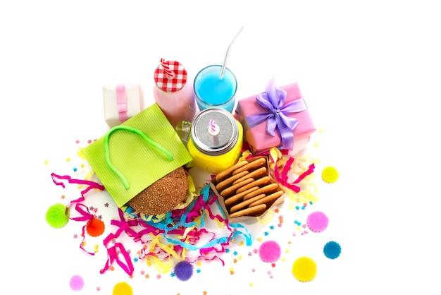 Composition festive boisson collation vacances hamburger biscuit tinsel confettis cadeau boîte cocktail