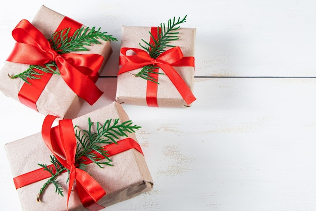 Composition festive. coffrets cadeaux avec ruban rouge et boules de noël sur fond blanc.