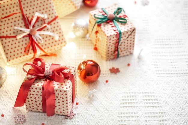 Composition festive avec des éléments de noël et des coffrets cadeaux