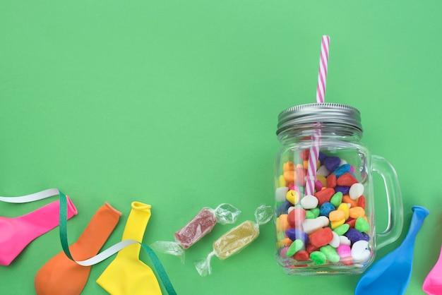 Composition festive ensemble de coffrets cadeaux avec des matériaux de cocktail boules de bonbons.