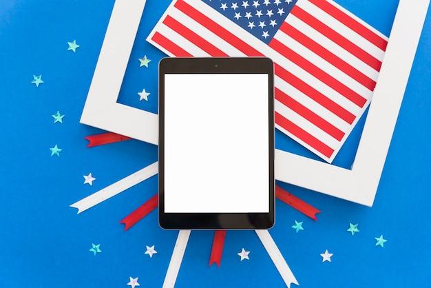 Composition festive de la fête de l'indépendance avec tablette
