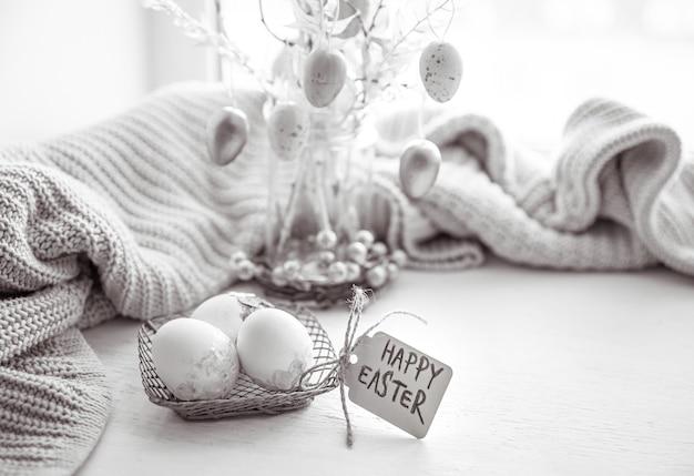 Composition festive de pâques avec des oeufs et l'inscription joyeuses pâques.