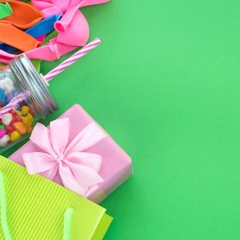 Composition de fête avec un coffret cadeau de décoration pour les fêtes
